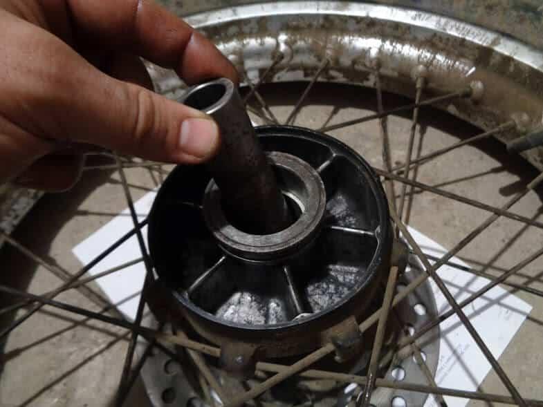 С обратной стороны колеса вставляем распорную втулку