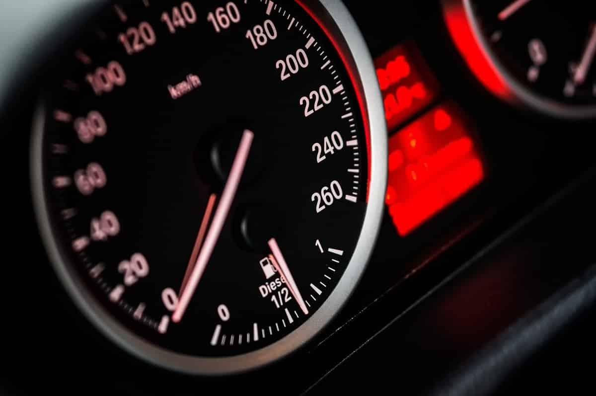 Для экономии топлива зимой рекомендуется прогревать автомобиль до минимальной температуры, не препятствующей нормальной работе двигателя