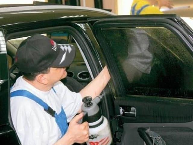 Уксус распыляют на стекла автомобиля и оставляют его на сутки. Это способствует выводу неприятного запаха