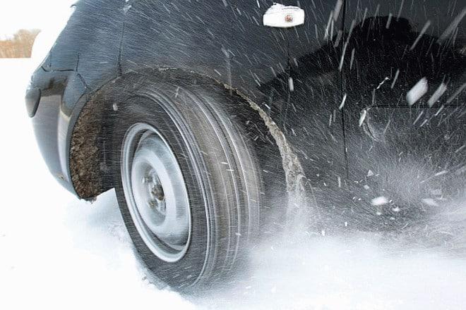 В холод летняя резина сильно затвердевает, уменьшая площадь соприкосновения с дорогой