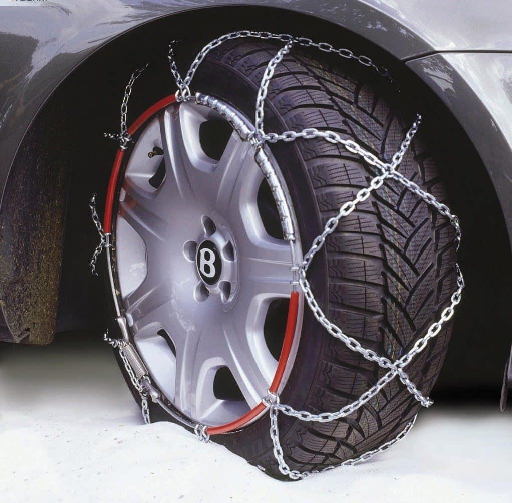 Летнюю резину можно заковать в специальные цепи — это неплохой временный вариант замены зимних шин