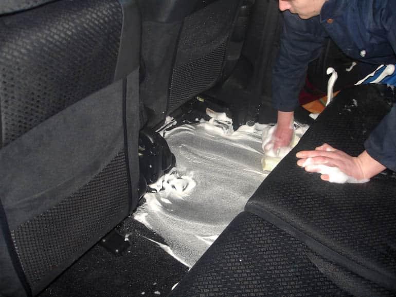 Чистка пола автомобиля