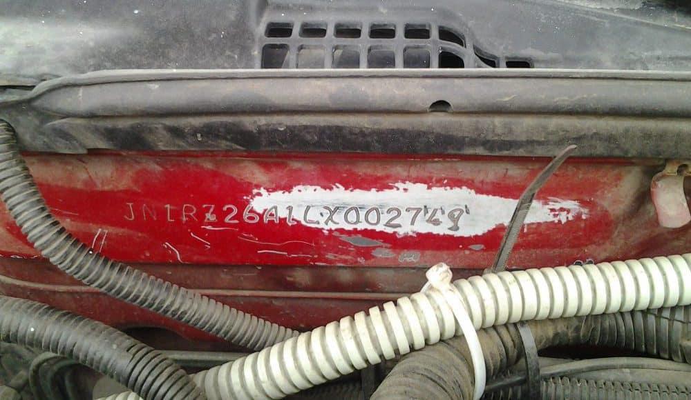 Ни в коем случае нельзя покупать автомобиль с подобным внешним видом VIN-номера в моторном отсеке