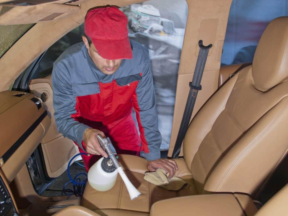 Химчистка - лучший вариант избавления от запаха в автомобиле для владельцев, готовых потратить на эту процедуру несколько тысяч рублей