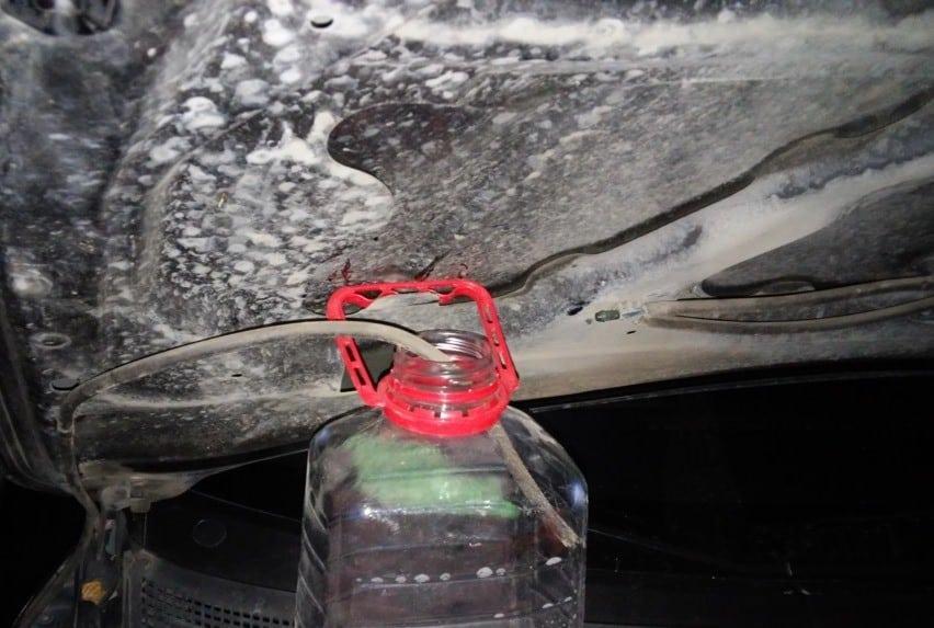 Как слить воду с бочка омывателя — пошаговые инструкции с фото и видео