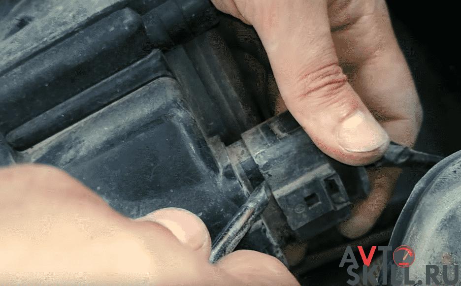 Как снять генератор через фару на Приоре