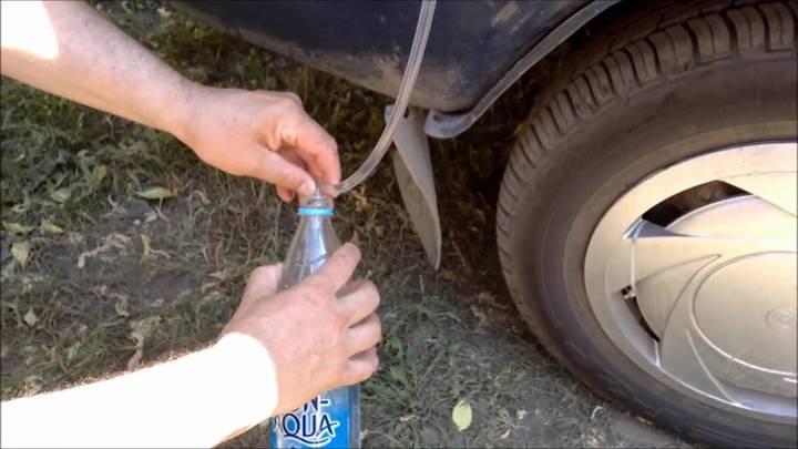 Как слить солярку с помощью груши и шланга